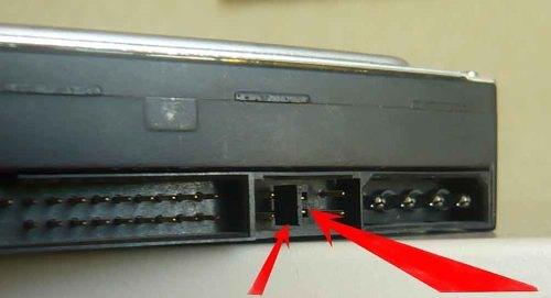 При одновременном использовании HDD Sata 3,0 Гбит/с и контроллера на материнской плате 1,5 Гбит/c возможна проблема, когда диск не определится в BIOS, либо будет вызывать блокировку ОС
