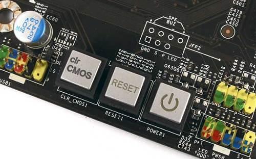 Очень редко на платах можно встретить клавишный переключатель для сброса БИОС на заводские настройки