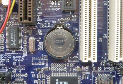 Один из самых старых и простых способов как сбросить БИОС заключается в отключении батарейки CR2032